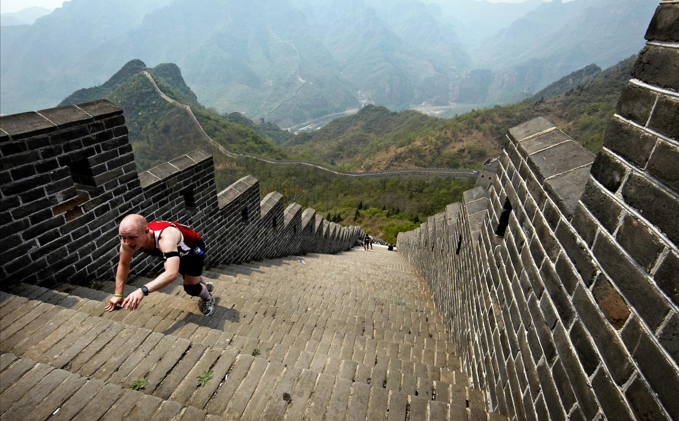 China_GreatWallMarathonCravlingMan_Q0E49